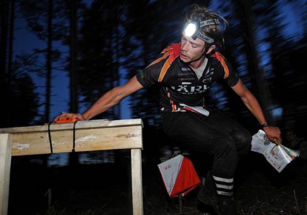 Järla Orienteeringin Håkon Jarvis Westergård leimaa vauhdikkaasti toisella osuudella. Kuva Taneli Niinimäki/Jämsä-Jukola 2013.